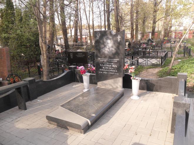 Надгробие на могиле героя 1812 Мемориальный одиночный комплекс из двух видов гранитов Красный Судин